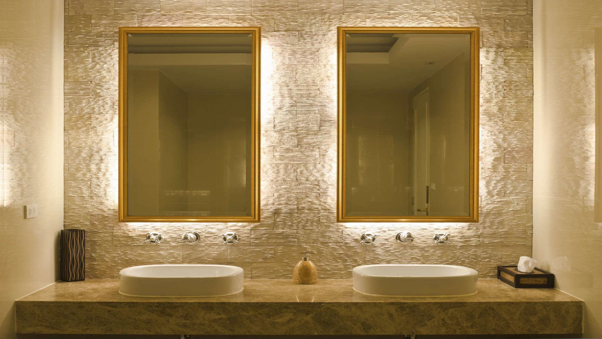 Badezimmer mit 2 Spiegeln