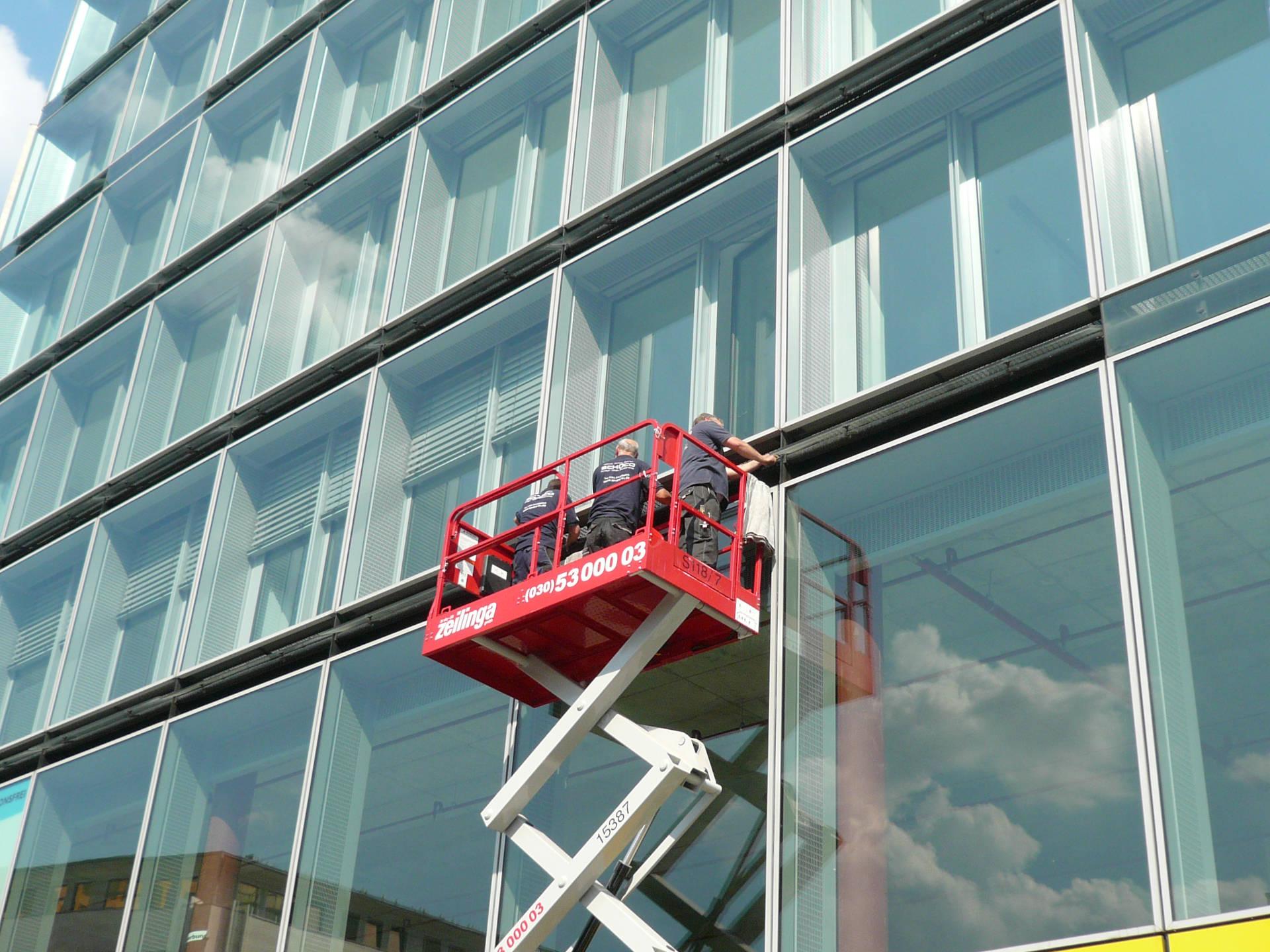 Wartung einer Glasfassade