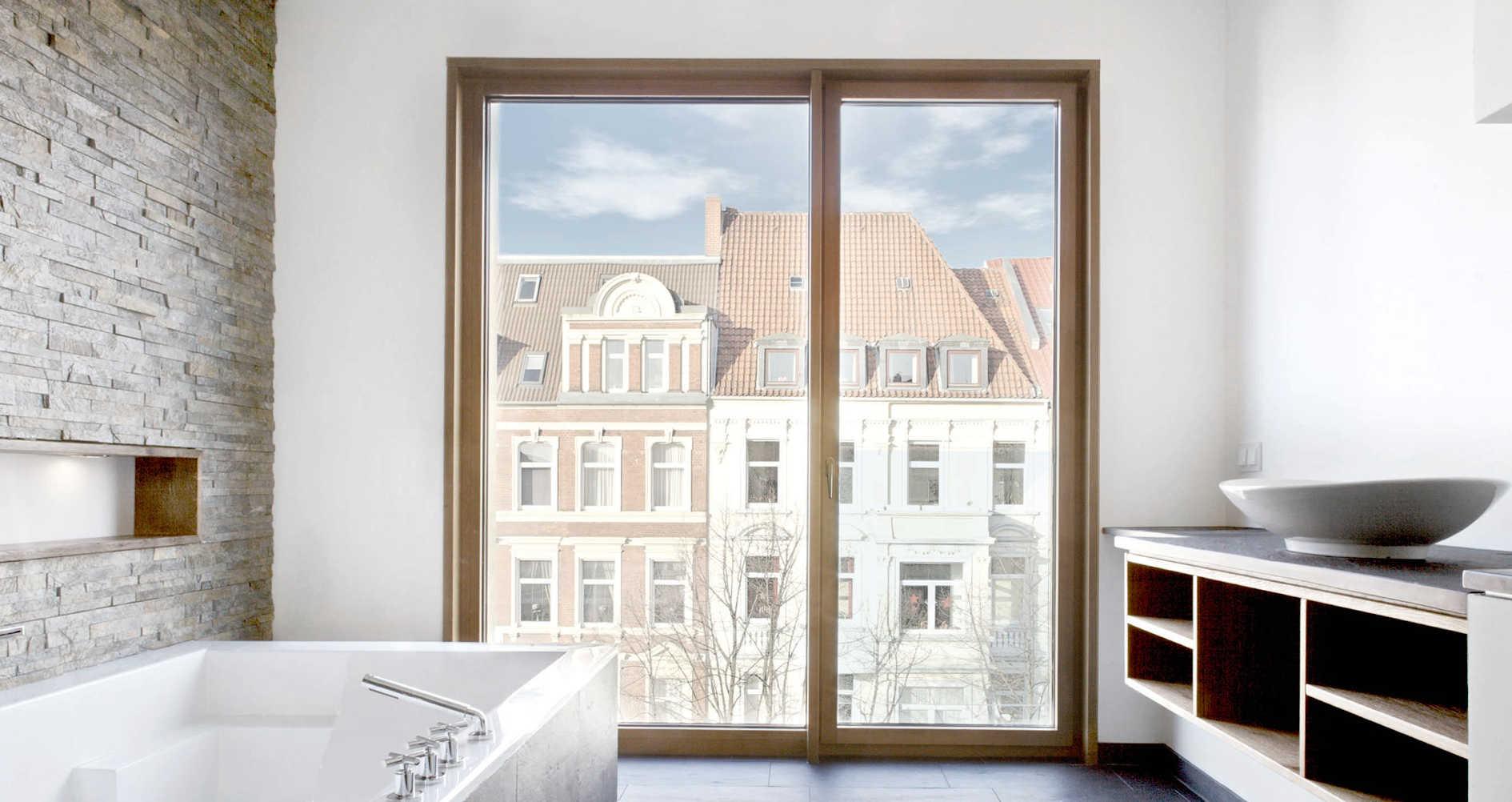 Bad mit Fenstern aus Holz