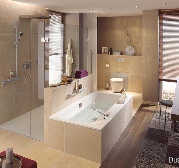 Schönes Badezimmer mit Wanne und Glasdusche