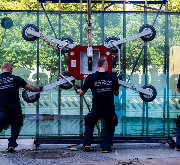 ISM Mitarbeiter mit einer Saugbatterie