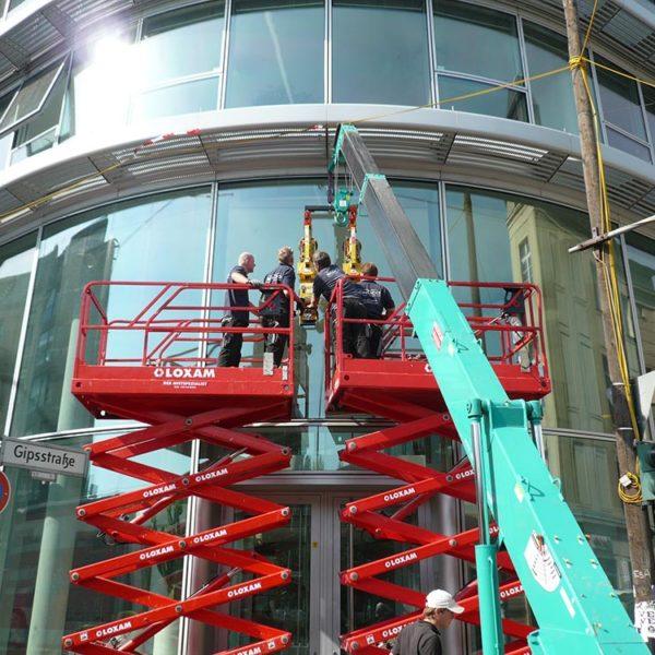 ISM Mitarbeiter bei der Arbeit an der Glasfassade