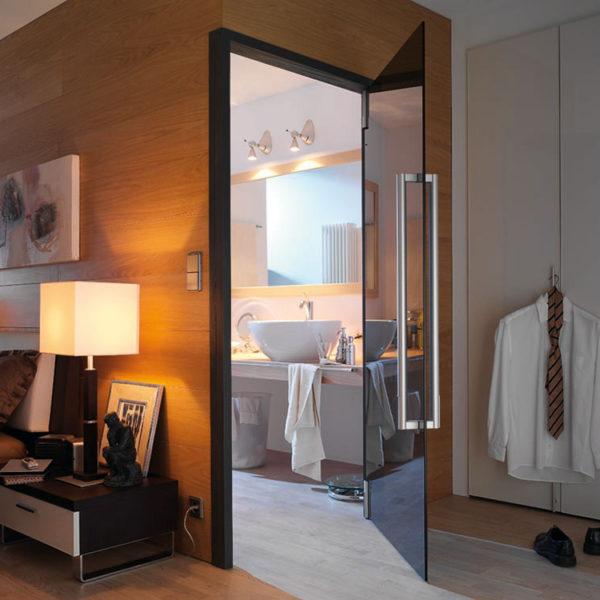 Zimmer mit einer Glastür