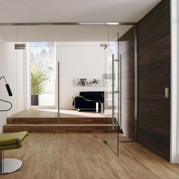 Raum mit Glastrennwand und Glastür