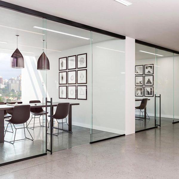Büro mit Glastrennwänden