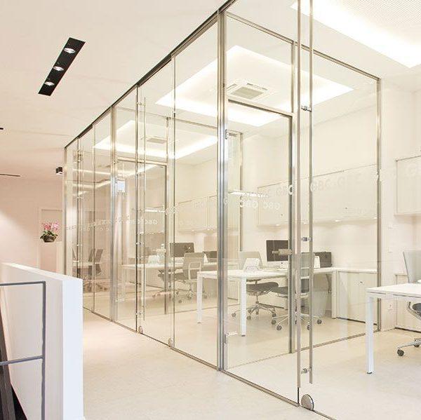 Büro mit Ganzglasanlage