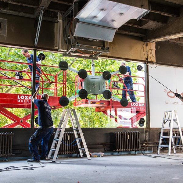 ISM Mitarbeiter arbeiten mit einer Suagbatterie