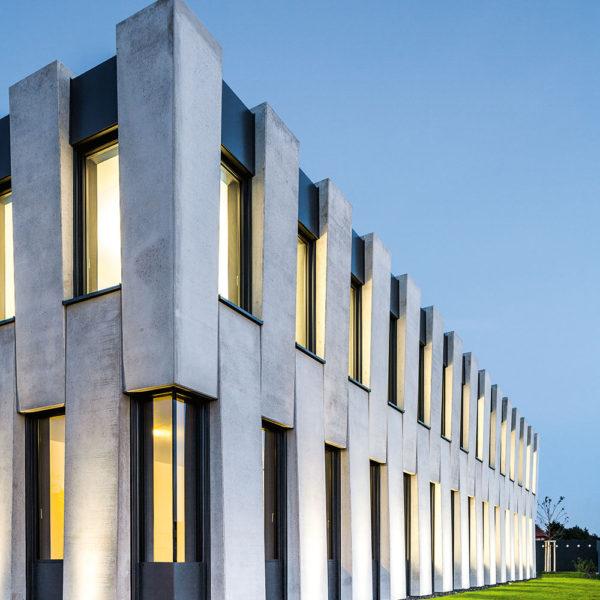 Großes Gebäude mit Alu Fassade