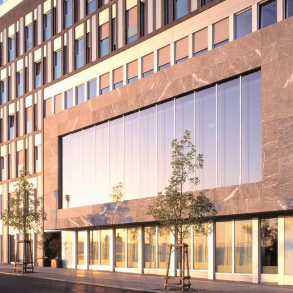 Großes Gebäude mit Glas/Alu Fassade