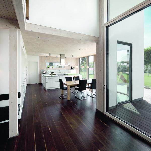 Raum mit Verglasung Holzrahmen