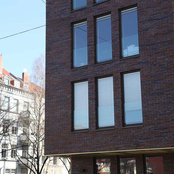 Gebäude mit Fenstern aus Holz