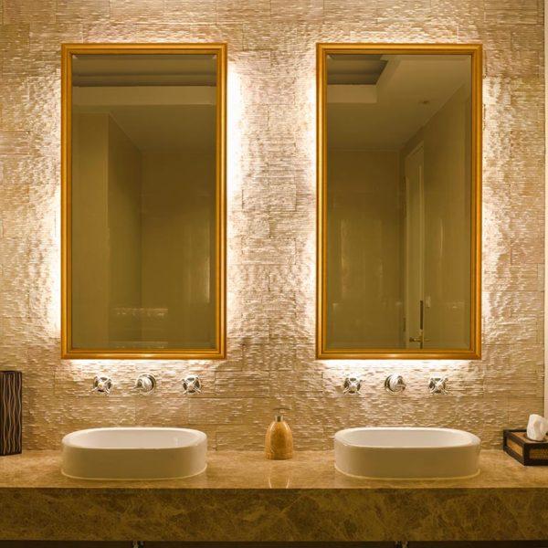Schönes Bad mit 2 Spiegeln