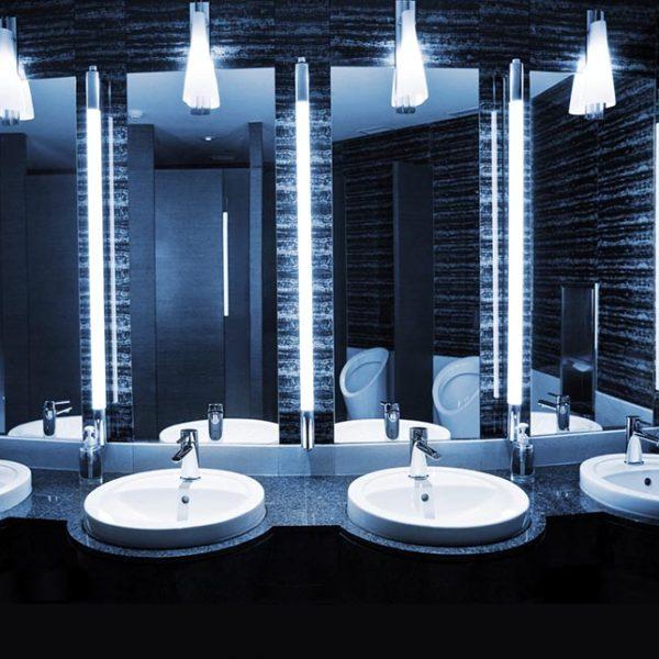 Dunkles Bad mit Spiegeln