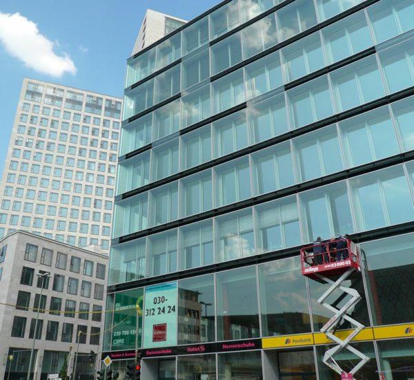 Arbeiten an Gebäude mit Glasfassade