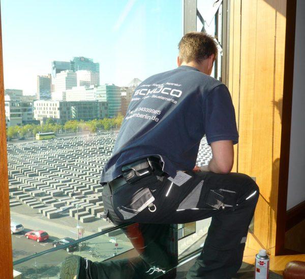 ISM Mitarbeiter bei der Arbeit am Glasfenster